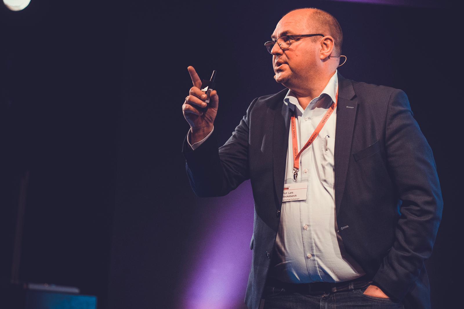Prof. Dr. Lars Binckebanck hält seinen Vortrag auf dem INDUSTRY.forward Summit 2019 in Berlin