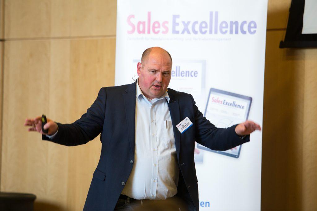 Prof. Dr. Lars Binckebanck hält einen Vortrag im Rahmen der Zukunftswerkstatt Sales Excellence